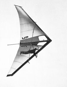 Bruce Morton in an Ultralight Products Dragonfly hang glider in 1974. Photo by Pete Brock.