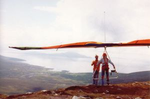 Dave Raymond on Andrew Hill's front wires as he prepares to launch the Birdman 'diffusion tip' hang glider in 1977